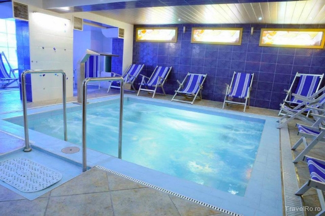 Hotel pensiunea empire baile 1 mai for Cazare cu piscina interioara valea prahovei