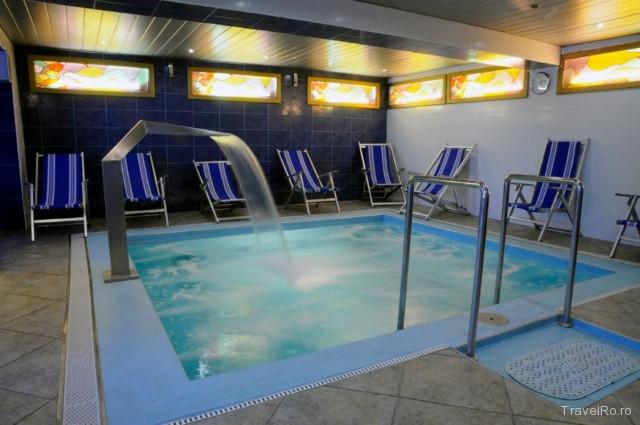 Hotel pensiunea empire baile 1 mai for Hotel cu piscina