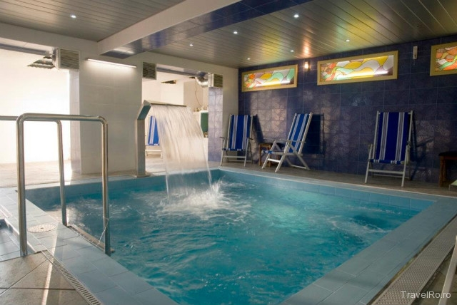 Mobila pentru bucataria cazare cu piscina interioara bran for Hotel cu piscina